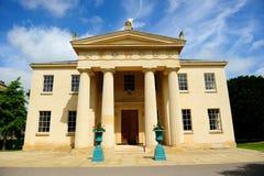 Edificio y ventanas clásicos en Cambridge, Inglaterra Imagen de archivo libre de regalías