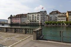 Edificios abajo por el río Reuss Imagen de archivo libre de regalías