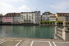 Edificios abajo por el río Reuss Fotos de archivo