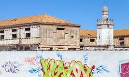 Edificios abandonados con la mezquita Imagen de archivo