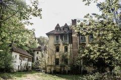 Edificios abandonados del bloque en el pueblo fantasma Atmósfera de Chenobyl Pripyat con los edificios vacíos con los vidrios que imagen de archivo libre de regalías