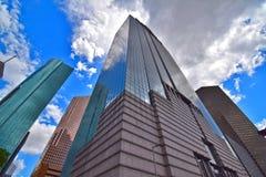 Edificios abstractos artísticos de la ciudad de la perspectiva adentro en el centro de la ciudad Imagen de archivo libre de regalías