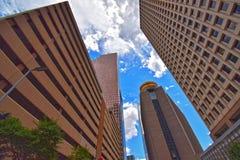 Edificios abstractos simétricos de la ciudad de la perspectiva adentro en el centro de la ciudad Imágenes de archivo libres de regalías