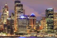Edificios aclarados de la torre de Sydney en el crepúsculo Fotos de archivo