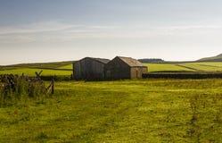 Edificios agrícolas cerca del lago de Cragg en Roman Wall Northumberland, Inglaterra Imagen de archivo libre de regalías