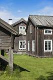 Edificios agrícolas de madera viejos Halsingland Suecia fotos de archivo