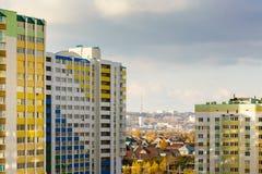 Edificios altos coloridos imagenes de archivo