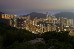Edificios altos de apartamentos en Hong Kong Island en la noche Fotografía de archivo libre de regalías