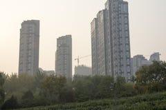 Edificios altos debajo del sol poniente Imagen de archivo