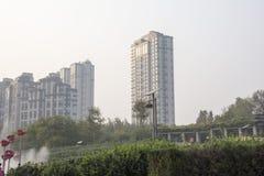 Edificios altos debajo del sol poniente Fotografía de archivo