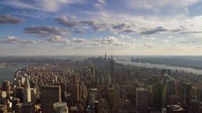 Edificios altos del rascacielos de Manhattan en sorprender la opinión aérea del panorama del paisaje urbano sobre el horizonte  almacen de metraje de vídeo