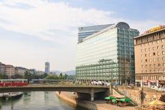Edificios altos, el canal de Danubio viena austria Foto de archivo libre de regalías