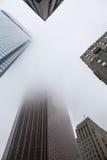 Edificios altos que crecen en el cielo de niebla en Toronto, Canadá Fotografía de archivo