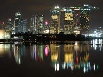 Edificios altos y reflejos de luz en la bahía del puerto deportivo Imágenes de archivo libres de regalías