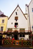 Edificios antiguos con el café en la ciudad vieja de Tallinn turistas Fotos de archivo