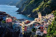 Edificios arquitectónicos y paisaje de Cinque Terre en el tiempo de verano imagenes de archivo