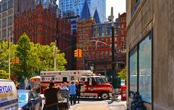 edificios, arquitectura moderna y vieja, tráfico ocupado, bomberos coche y gente en las calles en Manhattan céntrica imagen de archivo