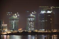 Edificios bajo construcción en la noche Fotos de archivo libres de regalías