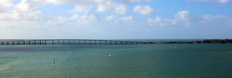 Edificios céntricos de Brickell del horizonte de la opinión panorámica del puente de Miami en la costa del río de Miami Imagenes de archivo