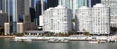 Edificios céntricos de Brickell del horizonte de Miami en la costa del río de Miami Foto de archivo