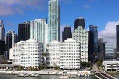 Edificios céntricos de Brickell del horizonte de Miami en la costa del río de Miami Foto de archivo libre de regalías
