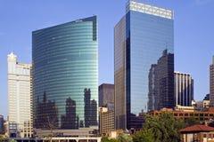 Edificios céntricos reflejados Foto de archivo libre de regalías
