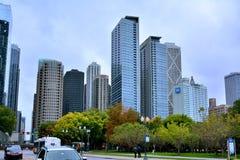 Edificios céntricos y tráfico, Chicago, Illinois Imagenes de archivo