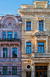 Edificios clásicos de la arquitectura del estilo en los megapolis de la ciudad - Windows - Rusia - St Petersburg - exterior de la Fotografía de archivo
