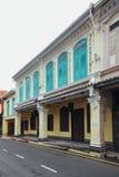 Edificios coloniales chinos blancos y azules adornados en la ciudad de Malaca, Malaca, Malasia Imagen de archivo libre de regalías