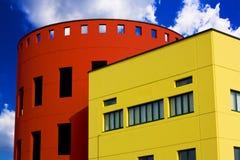 Edificios coloreados contra el cielo azul Fotografía de archivo libre de regalías