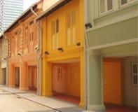 Edificios coloreados en fila Fotos de archivo