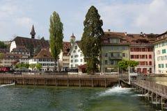 Edificios coloridos abajo por el río Reuss Fotografía de archivo