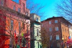 Edificios coloridos con las banderas fotografía de archivo libre de regalías