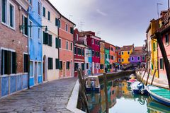 Edificios coloridos de Bruano cerca del canal foto de archivo libre de regalías