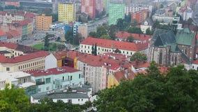 Edificios coloridos de la ciudad europea, tráfico de ciudad gótico de la iglesia almacen de metraje de vídeo
