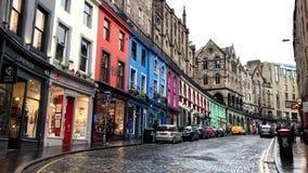 Edificios coloridos de Victoria Street en Edimburgo, Escocia durante un día nublado almacen de video