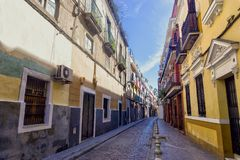 Edificios coloridos en calle en Sevilla, España imagenes de archivo