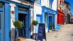 Edificios coloridos en el centro de Cashel, condado Tipperary, Irlanda Foto de archivo