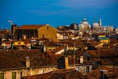 Edificios coloridos en Venecia antes de la puesta del sol fotografía de archivo libre de regalías