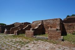 Edificios comerciales de la ciudad antigua de Ostia Antica Roma - Italia fotografía de archivo libre de regalías
