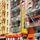 Edificios con las muestras chinas en Chinatown en New York City Foto de archivo