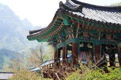 Edificios coreanos del templo en una ladera fotografía de archivo libre de regalías