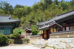 Edificios coreanos viejos del templo en una ladera imágenes de archivo libres de regalías