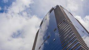 Edificios corporativos, cielo azul y nubes metrajes