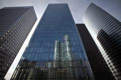 Edificios corporativos futuristas en la defensa París del La Imagenes de archivo
