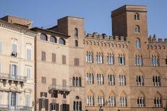 Edificios cuadrados de Piazza del Campo, tierra de Siena Foto de archivo libre de regalías