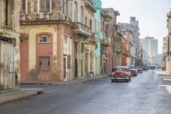 EDIFICIOS CUBANOS DE LA HABANA Y VIEJO TRÁFICO LIGERO Foto de archivo libre de regalías