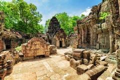 Edificios cubiertos de musgo con la talla del templo antiguo del som de TA en Angkor Imagenes de archivo