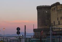Edificios de Angioino Histororic del maschio de la puesta del sol de Nápoles Imagen de archivo