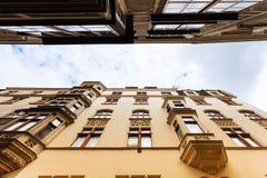 Edificios de apartamentos de las fachadas en la calle estrecha Viena foto de archivo